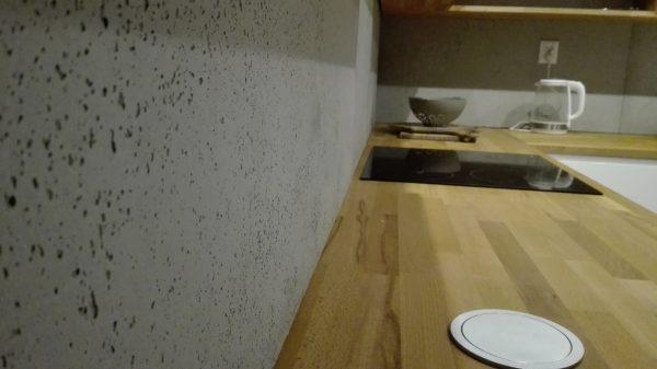 Beton na ścianie w kuchni