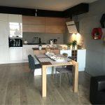 Płyty z betonu architektonicznego na ścianach w kuchni