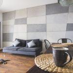 Mozaika w salonie z użyciem płyt z betonu architektonicznego