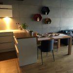 Dekoracyjne płyty betonowe na ścianie w jadalni