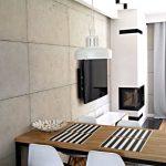 Beton dekoracyjny w salonie z kominkiem