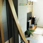 Betonowy kominek w salonie